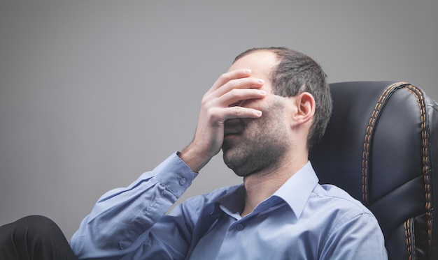 Homem estressado caucasiano no escritório.