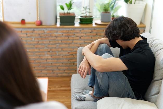 Homem estressado, problema de consultoria com psicólogo.