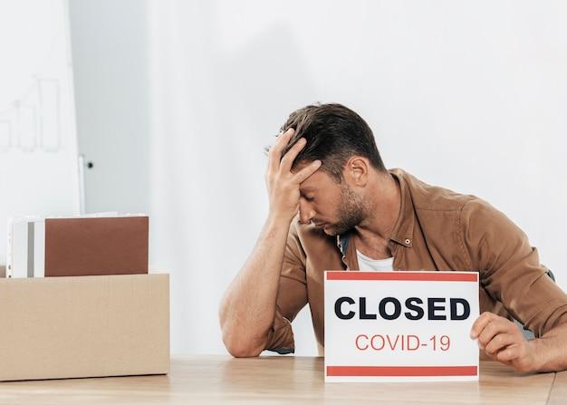 Homem estressado tiro médio durante cobiça
