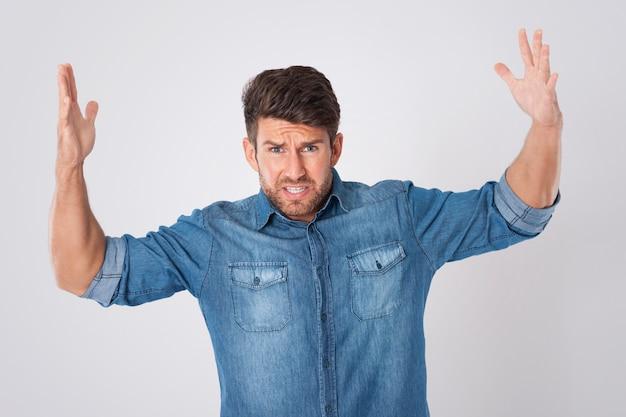 Homem estressado vestindo uma camisa jeans