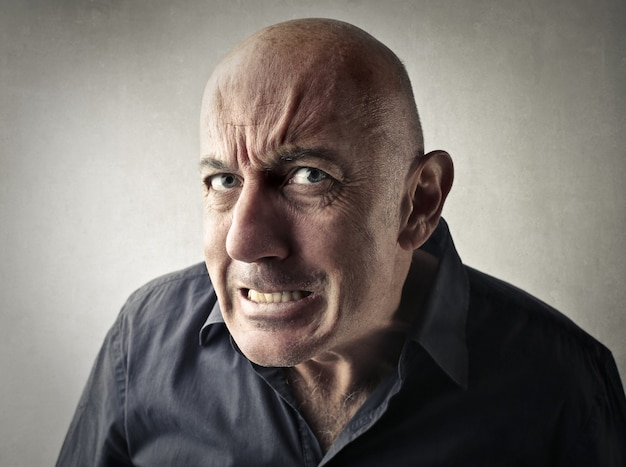 Homem estressado zangado