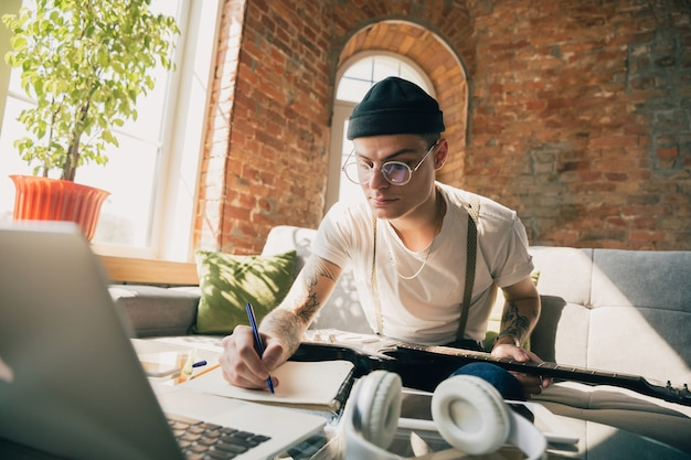 Homem estudando em casa durante cursos online de música.
