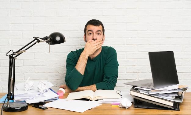 Homem estudante, cobertura boca, com, mãos