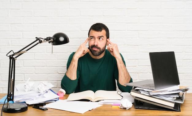 Homem estudante, com, lotes, de, livros