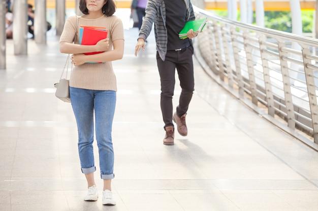 Homem, estudante, corrida, tentativa, alcance, seu, amigo, durante, holdinh, livros, em, mãos