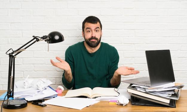 Homem estudante, fazendo, dúvidas, gesto