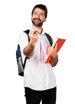 Homem estudante fazendo o gesto que vem