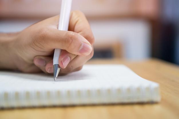 Homem, estudante, levando, e, notas escrevendo, ligado, caderno, em, universidade faculdade, para, dever casa