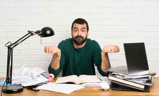 Homem estudante, tendo, dúvidas, enquanto, levantando mãos