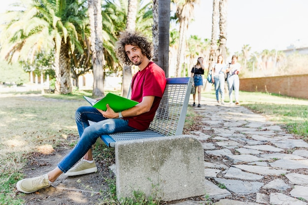 Homem, estudar, sentando, ligado, banco, ao ar livre