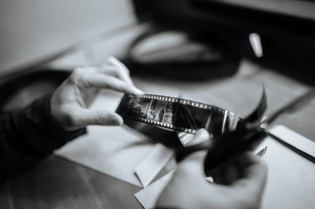 Homem examina um filme retrô em preto e branco