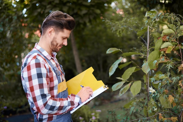 Homem examinando a qualidade do vegetal