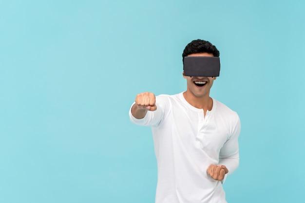 Homem excitado desfrutando assistindo vídeo de óculos vr