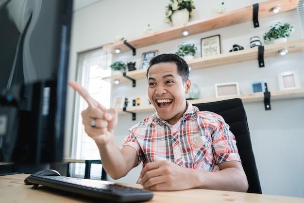 Homem excitado feliz por ganhar