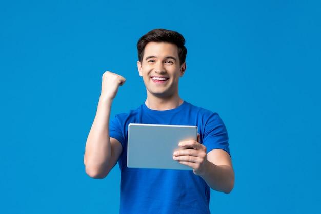 Homem excitado segurando computador tablet
