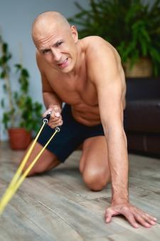 Homem exercício no treinamento em casa.
