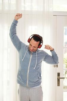 Homem exercitando em casa