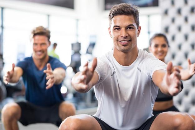 Homem exercitando na academia