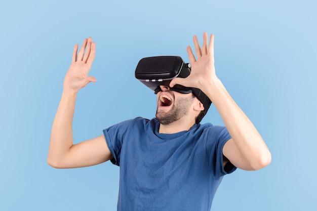 Homem experimentando realidade virtual.