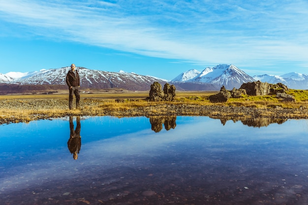 Homem, explorador, em, islândia, com, seu, reflexão, ligado, a, água