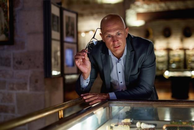 Homem explorando exposições medievais em museu