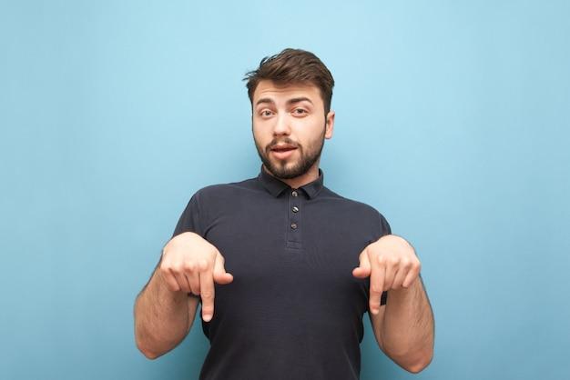 Homem expressivo com barba em pé no azul