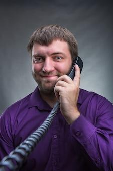 Homem fala ao telefone