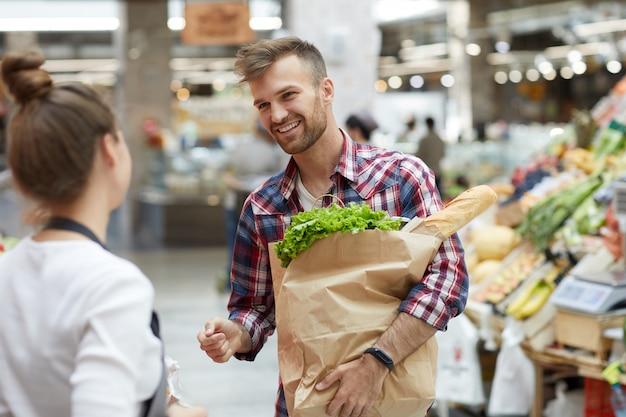 Homem falando com assistente de loja