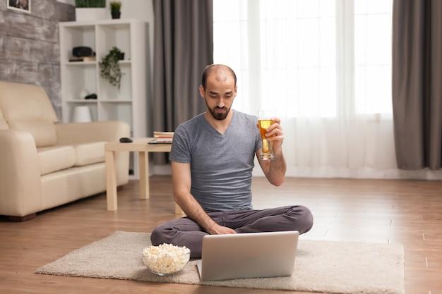 Homem falando com seus melhores amigos no laptop durante a auto-quarentena.