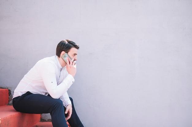 Homem, falando, com, telefone móvel