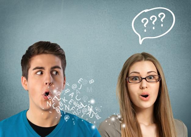 Homem falando com uma mulher atraente com ponto de interrogação