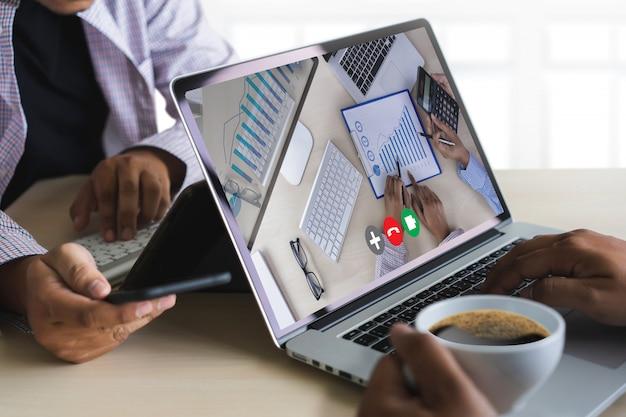 Homem falando de plano de negócios em reunião on-line de videoconferência em chamada de vídeo, trabalhando em casa chamada de resposta virtual