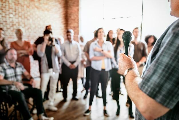 Homem falando em seminário