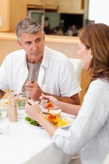 Homem, falando, esposa, durante, jantar