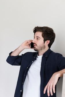 Homem, falando, ligado, smartphone, em, escritório