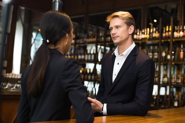 Homem, falando, mulher, para, conversa negócio, em, barzinhos