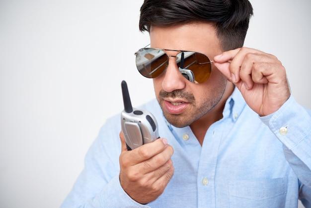 Homem falando no aparelho de rádio