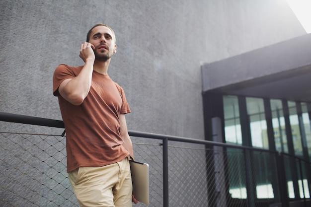 Homem falando pelo telefone