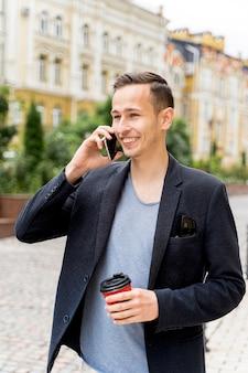 Homem falando por telefone
