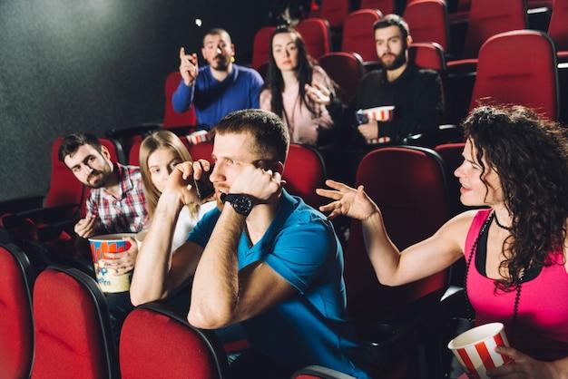 Homem, falando, telefone, em, cinema