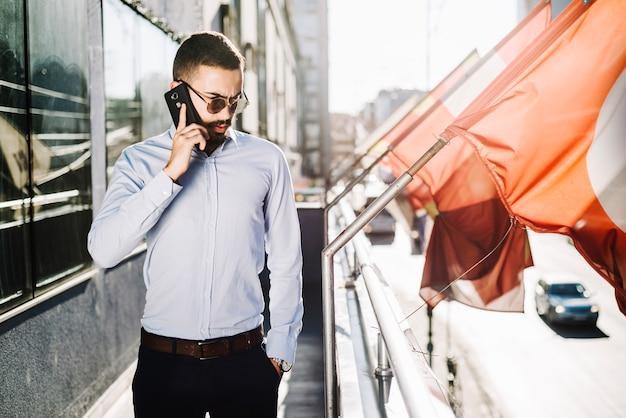 Homem falando telefone na varanda