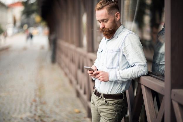 Homem farpado com telefone
