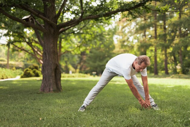 Homem faz inclinações. guy leva estilo de vida saudável.