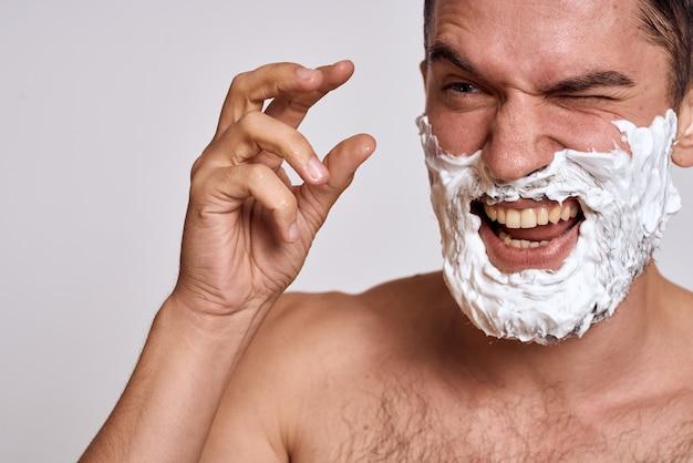 Homem faz máscaras de tecido cosmético, cuidados com a pele facial em casa