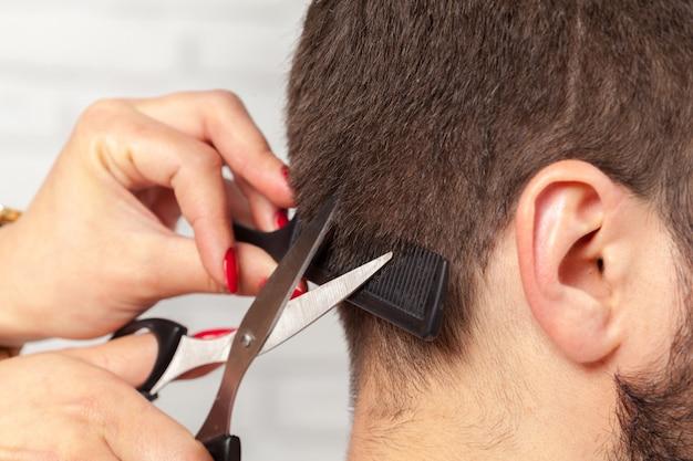 Homem faz um corte de cabelo