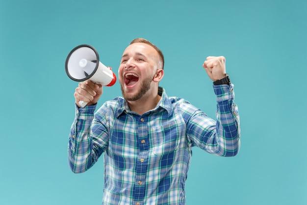 Homem fazendo anúncio com megafone