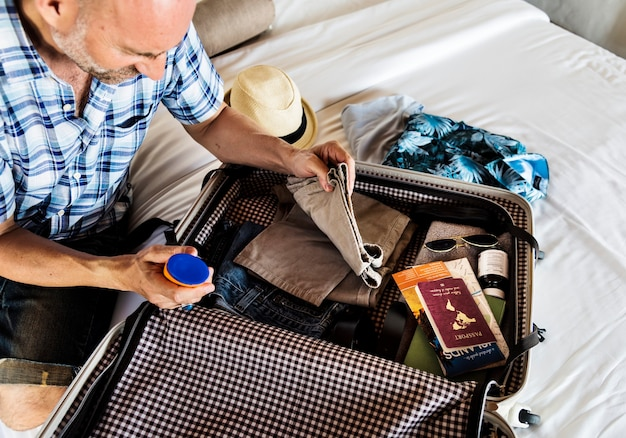 Homem fazendo as malas para o feriado