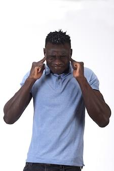 Homem fazendo barulho machucando as orelhas no fundo branco