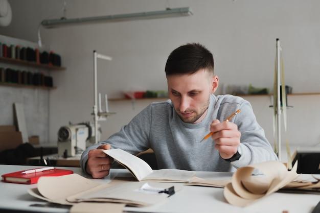 Homem fazendo engenharia ou gerenciamento de trabalho em uma oficina genérica.