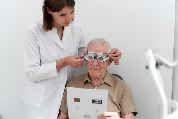 Homem fazendo exame de vista em uma clínica de oftalmologia